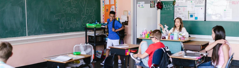 kinderen in de klas op de basisschool met schoolspullen
